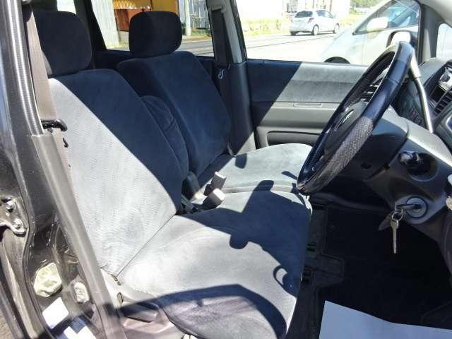 コラムオートマのおかげで足元も広く、ベンチシートにもなっていて、運転席・助手席は広々としていますよ♪