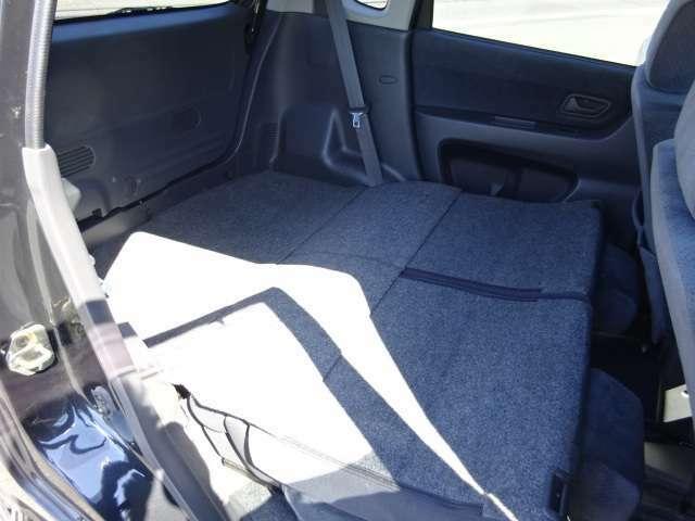 後部座席の背もたれを倒せば、フルフラットになるので、大きな荷物も積みやすくなりますよ