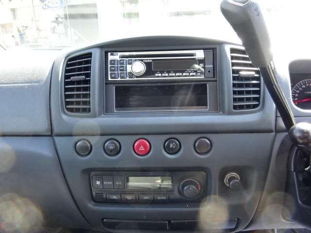 シンプル且つ操作性の良いインパネ周りになります。エアコン装備で、一年中快適に運転できますよ♪ナビ取り付け、社外オーディオ取り付け等もご相談ください
