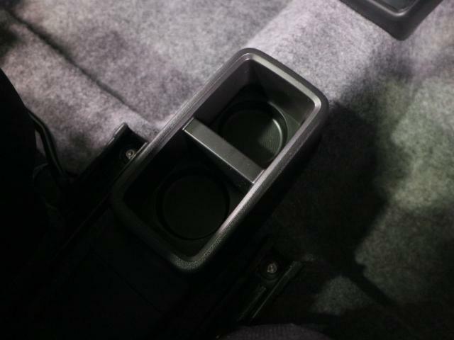 座席間にもとても便利な収納・ドリンクホルダーがあります。