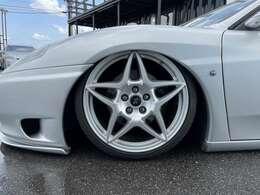 ホイールはフェラーリ599純正をワンオフ加工にて装着!!足回りはプラジスエアサスペンションになります!!