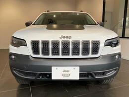 Jeep伝統のデザイン「セブンスロットグリル」LEDヘッドライト装備です。