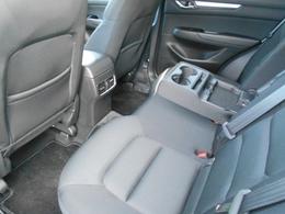 後席では、リクライニング機構や人間の下半身の形状に沿ったシート形状を取り入れるとともに、後席用のエアコン吹き出し口を設定するなど、長時間の乗車でも心地よくくつろげるリラックス空間をつくりあげました。