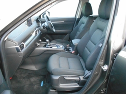 前席はセンターアームレストとドアアームレストの高さを合わせることで、左右のバランスがいい自然な着座感を提供。そのうえで体幹をしっかりと支えるシート構造を採用し、安心感と快適性を高めています。
