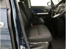 厚みがあって、座り心地のいいソファのようなシート。運転席も助手席もリラックスしてゆったりと座れます。
