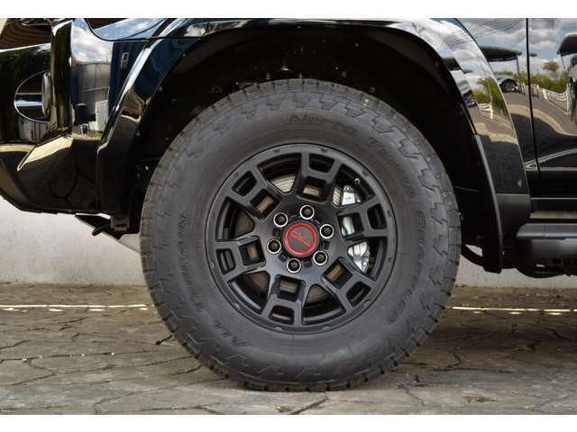 TRDPRP専用17インチホイールにNITTOのATタイヤが装備されております。ぜひたくさんのお問合せお待ちしております。