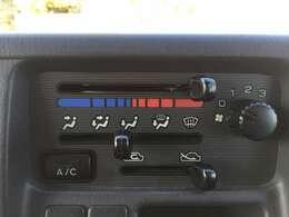 マニュアルエアコンが搭載!夏は涼しく、冬は暖かい車内で運転ができます♪