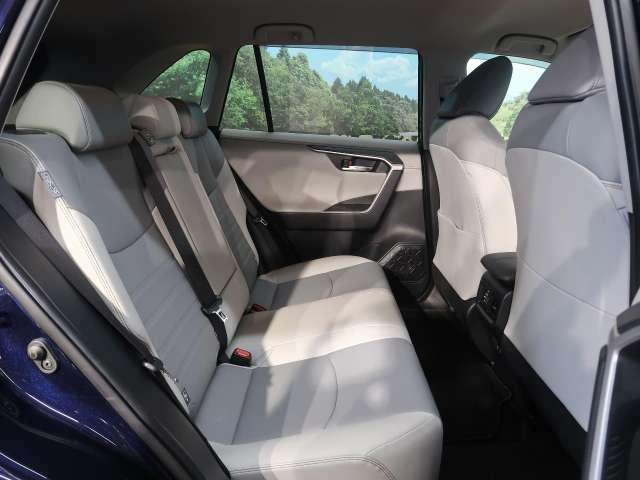 【後部座席】2列目のシートも広々していて居住性が高くなっています☆ファミリープランの方にもぴったりですね。