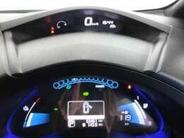 バッテリーの状態をはじめ、車の作動状況など分かりやすく見やすいスピードメーター。