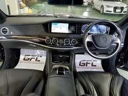 広々とした操作性の良いインテリア。ドライバーを邪魔することなくレイアウトされております。