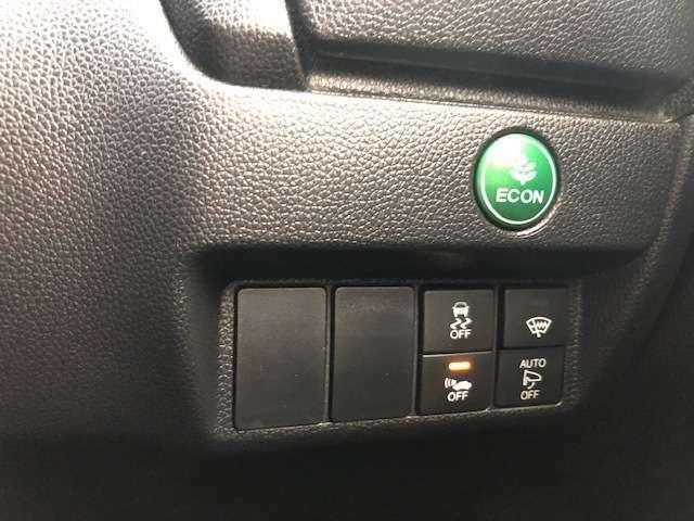 エンジンだけでなくエアコンなども含めてクルマ全体を燃費優先で自動制御するECONモードです。