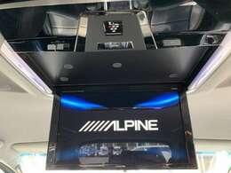 【 ALPINEフリップダウンモニター 】天井にはフリップダウンモニターも装備されております♪お子様など、ロングドライブでも退屈せず楽しくお過ごしいただけます。
