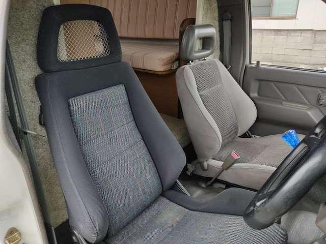 運転席は純正シートからレカロシート交換されています。純正シートよりホールド感が良いので運転疲れを軽減できそうです。