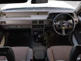 年式を考慮すると綺麗な運転席まわりだと思います。