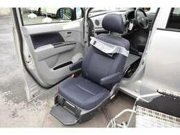 たっぷりと包まれる助手席大型シート大切な方のための特別なシート。長時間のドライブでも疲れにくい専用大型シートです。
