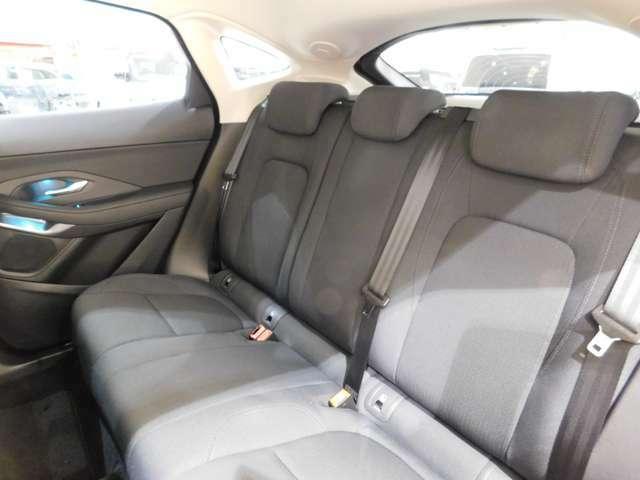 低い車高にかかわらず、後席は頭上空間も足元空間も十分な空間が確保されており、ファミリーカーとしてご利用いただける、十分な居住性を持っています。