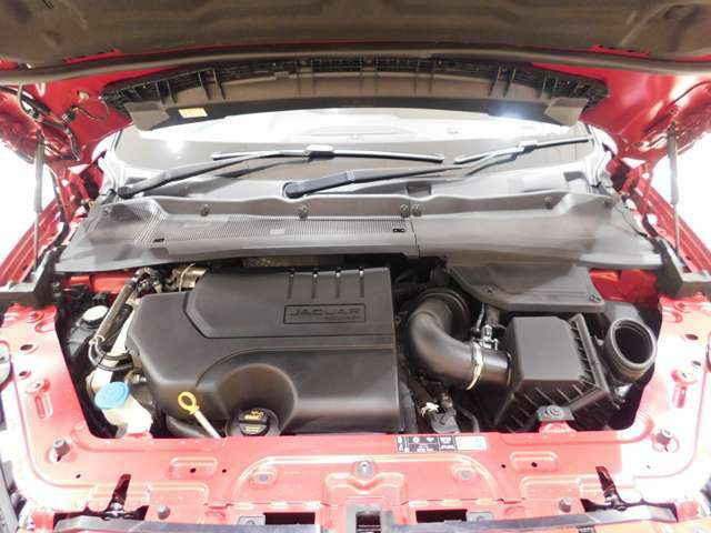 インジ二ウム P250 2.0リッター4気筒ターボガソリンエンジン。出力249ps、トルク365N・m(カタログ値)の力強いオールアルミエンジンは、新設された自社工場で生産されています。