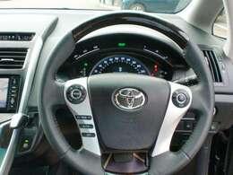 ステアリングリモコンスイッチがありますから運転中のオーディオ音量やエアコンの設定温度などの調整が楽にできます