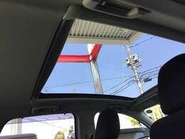 ガラスルーフ付です♪ガラスの開閉はできませんが車内が明るく開放感があります♪