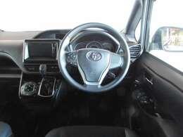 フィット感のある革巻きハンドルと安全性向上に役立つステアリングスイッチ付き。視線移動が少ないインパネシフトでとても運転しやすい車です。