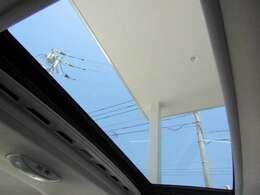 チルト&電動サンルーフ 風巻き込み防止の風よけも装着していますので、快適にお過ごし頂けます。