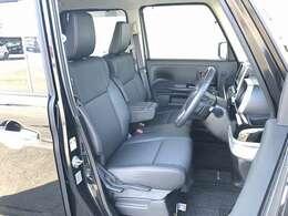 運転席と助手席の間にアームレスト装備。ベンチシートですので、運転席側・助手席側どちらから乗車してもOKです。