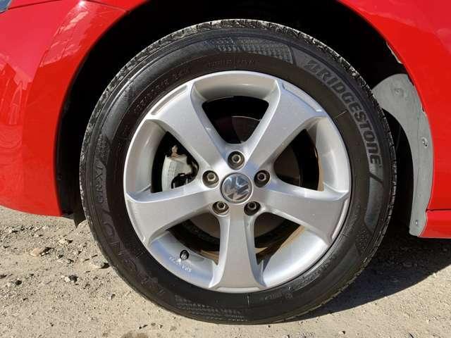 タイヤはブリヂストンREGNO2015年度のタイヤが付いております。溝は7割御座います。ホイールは純正15インチアルミが装着されております。傷は御座いません。