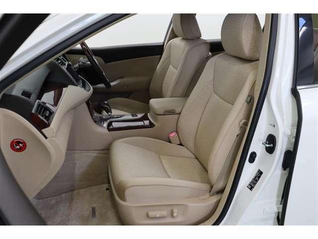 クッションの厚い座り心地の良いシートはモケットです。滑りにくく身体にフィットするのでロングドライブでも疲れにくいですよ。運転席と助手席はレバー操作でお好みのポジションに設定できるパワーシートです。