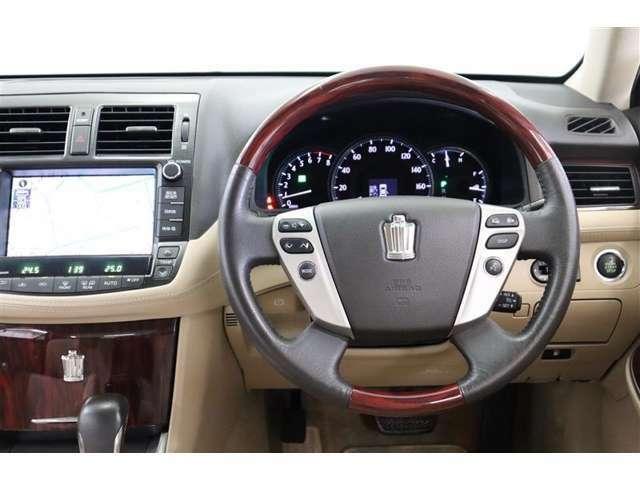 ステアリングスイッチでハンズフリー電話、オーディオ操作やディスプレイの操作が出来ます。走行中に視線を逸らさず出来る手元操作は安全運転につながります。