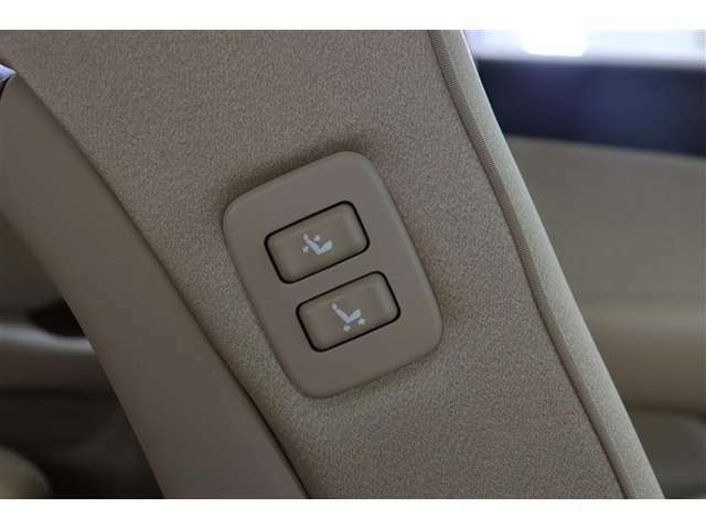 助手席肩口パワーシートスイッチ付き。運転席や後席から助手席シートのスライド・リクライニングが操作できます。後部座席に座る人が乗り込みやすいよう運転席から空間を広げてあげられる優しさのスイッチです。