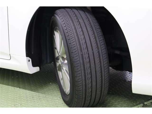 タイヤサイズ 215/60R16 クラウンの王冠ロゴがあしらわれたセンターオーナメント付き純正アルミホイール装着。