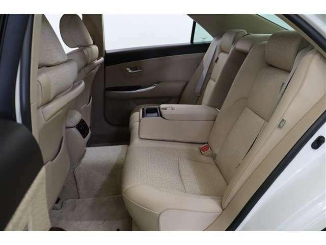 足元やヘッドクリアランスにゆとりがあり、広々と快適な後部座席です。