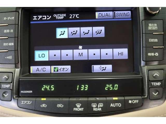 エアコンはDUAL設定で運転席と助手席が左右独立の温度設定が出来ます。席による温度差も解消できて快適です。