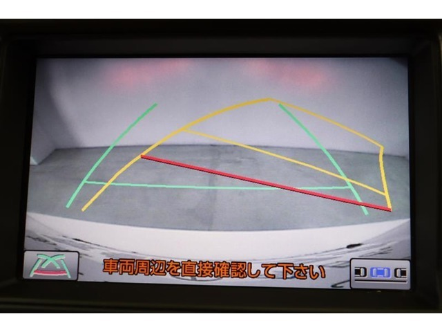 ハンドル操作に連動してガイドラインが変化するバックカメラ搭載です。クルマは構造上たくさんの死角がありますので、とても便利な機能ですね。あくまで補助の為の装備ですのでバックは目視での確認が大事ですよ!