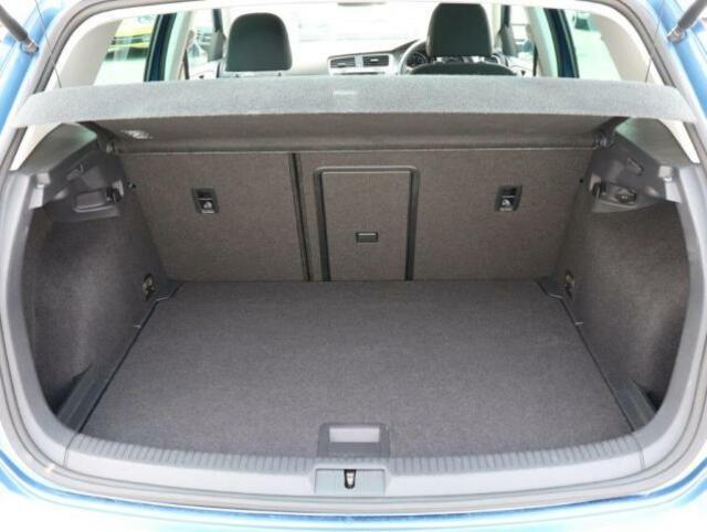 広々としたラゲッジスペースになっております。また、後部座席を倒すことで、さらに大きなお荷物を載せることができます!