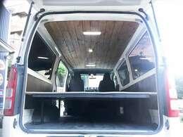 荷室はオリジナルベットキット及び天井ウッドカスタムLED照明など凝った作りになっております^^車中泊にも便利ですし、荷室が2段になっていますので沢山のお荷物が入ると思います。