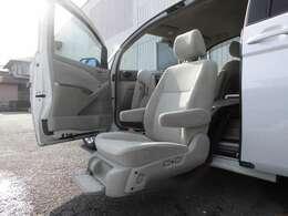 セカンドシートにリフトアップシートを備えています。車に乗り込む際の負荷を大きく軽減することができます。