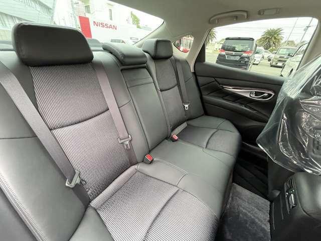 【後部座席】後席も余裕の広さでゆったりくつろげます(^_^)これなら長距離ドライブでも問題ありません♪足元も広々としています(^^)v