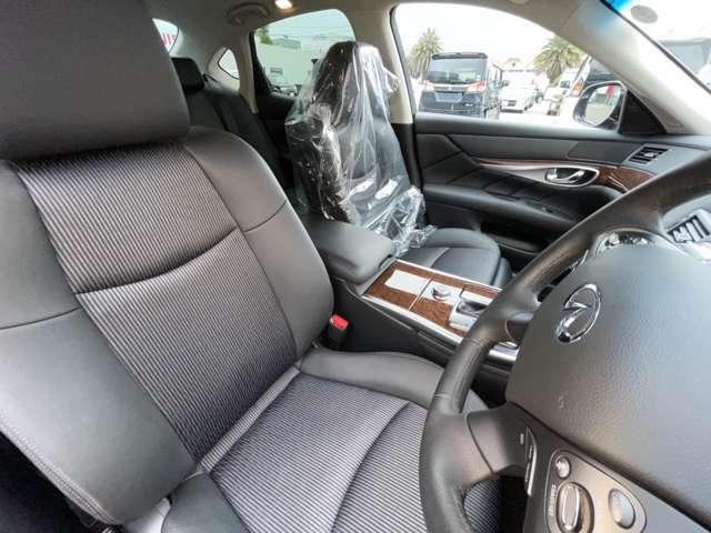 【運転席&助手席】シートも硬くなく柔らかい仕様です♪座っていても心地いい座り心地です☆シートのお色も黒色なので汚れも目立ちにくいですよ(^^)