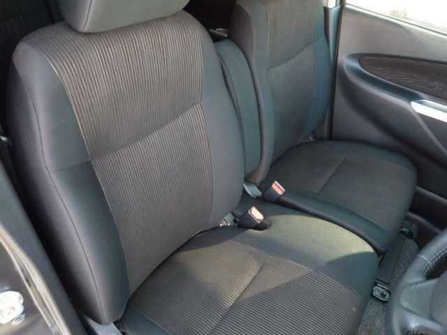 ベンチシートのフロントシートでゆったりと座れます