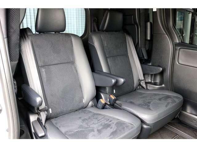 セカンドシートはキャプテンシートで大人の方でもゆったりとお座り頂けます☆前後・左右スライド可能なシートで様々なシートアレンジが可能です☆