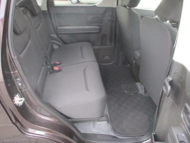 リヤシートも全車消毒済み。天井も高い広々空間!足元もさらに広くゆったりしました!ドアは軽初【アンブレラホルダー】付。
