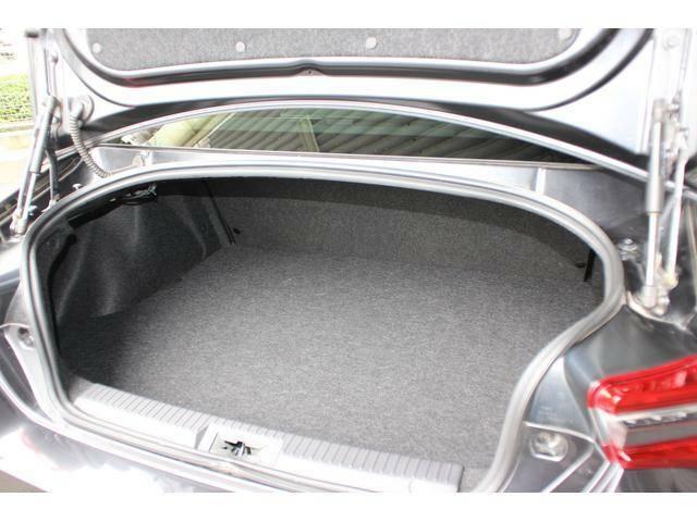 【トランクルーム】意外と広いトランクルーム、リヤシートのシートバックを倒し込む事でキャビンスペースとつながりますので、割と大きな荷物も積載可能です!