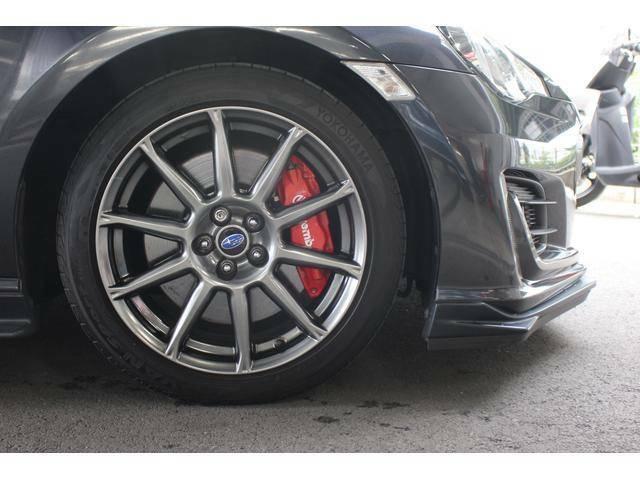 【タイヤ&ホイール】純正17インチアルミホイールを装備、タイヤサイズは215/45R17を設定しております。ホイールの奥のブレンボの赤いキャリパーがこのクルマが特別な1台であることを主張しています!