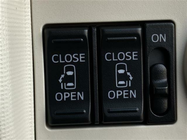 【両側電動スライドドア】駐車場で両手に荷物を抱えている時でもボタンを押せば自動で開いてくれますので、ご家族でのお買い物にもとっても便利な人気装備