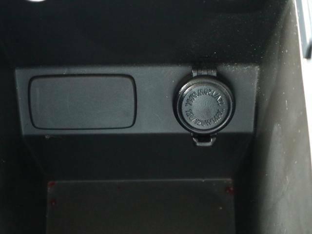コンソールボックスにもソケット電源を装備してるので携帯電話の充電もOK!