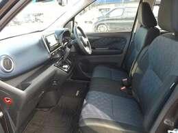 運転席シートも厚めの高級感があります。