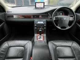 本革電動シートになっております♪内装はブラックを基調としたシックで落ち着いた高級感のある雰囲気の車内になっております♪パネル類にも目立つキズや汚れ等も無くとてもキレイな状態です♪