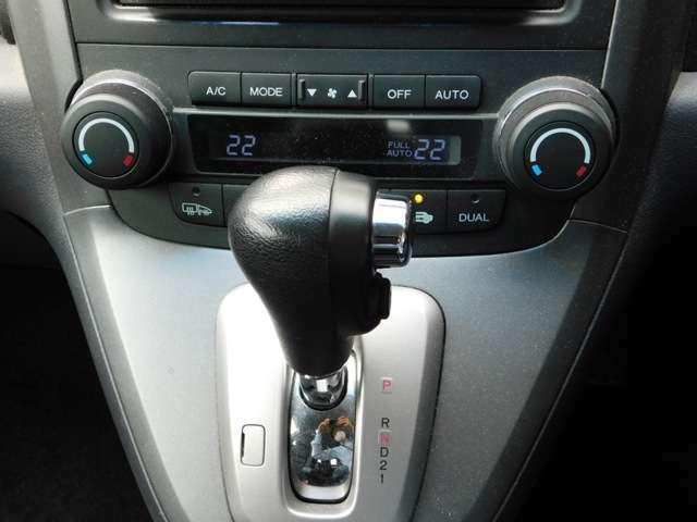エアコンは左右独立設定可能です!気になるお車がございましたら、スグにお問合せください!掲載中でも店頭で商談中あるいは売約済みなんてこともございますので、お急ぎください!