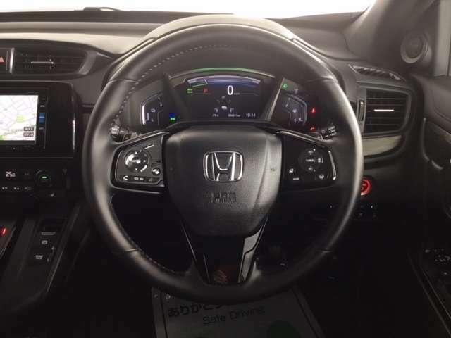 視認性に優れたメーター類と、オーディオやクルーズコントロール操作スイッチを装備したスポーティーなステアリングホイール。